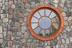Rundes Fenster auf dem Recht Stockfotografie