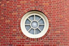 Rundes Fenster im Ziegelsteinkontrollturm lizenzfreie stockbilder