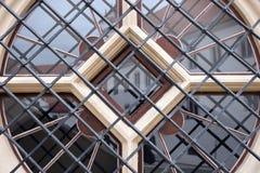 Rundes Fenster mit Metallstangen im Haus Stockbilder