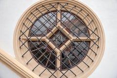 Rundes Fenster mit Metallstangen im Haus Lizenzfreie Stockfotos