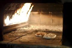 Rundes flaches Brot mit indischem Sesam im Ofen lizenzfreies stockfoto