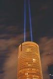 Rundes Gebäude mit zwei Scheinwerfern nachts Stockfotografie