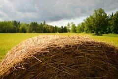 Rundes Haybale mit dem Sturm-Nähern Stockfotografie