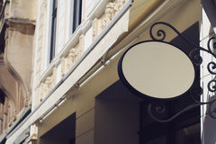 Rundes leeres Schild auf einem Gebäude mit klassischer Architektur Lizenzfreie Stockfotos
