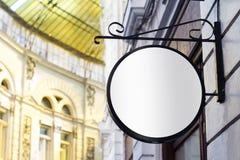 Rundes leeres Schild auf einem Gebäude mit klassischer Architektur Lizenzfreie Stockbilder