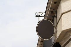 Rundes leeres Schild auf einem Gebäude mit klassischer Architektur Lizenzfreies Stockbild