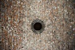 Rundes Loch in der Decke von alten Ziegelsteinen Lizenzfreie Stockfotos