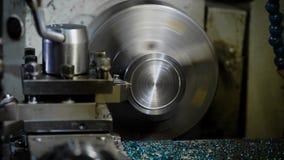 Rundes Metalldetail dreht Innere eine Schleifmaschine, reibt Blatt heraus eine Schicht Metall und Formung stock video footage
