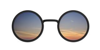 Rundes metallisches Schwarzes der Sonnenbrille mit dem Sonnenaufgangsonnenuntergang widergespiegelt auf Linse, Ausschnitt, lokali stock abbildung