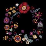 Rundes Muster der Stickerei mit vereinfachten Blumen und Schmetterling lizenzfreie abbildung