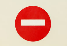 Rundes rotes Verkehrsschild auf Weiß lokalisierte Tür Kein Eintritt - angebrachte perfekte leeren sich Stockbilder