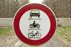 Rundes Verkehrszeichen, der Durchgang von Fahrzeugen und Motorräder proh Lizenzfreie Stockbilder