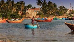 Rundes vietnamesisches Fischerboot schwimmt heraus zum Meer stock video