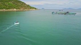 Rundes von der Luftmotorboot segelt zu sich hin- und herbewegendem Bauernhof in Azure Bay stock video