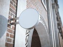 Rundes weißes Schild auf dem alten klassischen Gebäude Stockbild