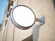 Rundes weißes Schild auf dem Gebäude mit beige Wand Lizenzfreie Stockfotografie