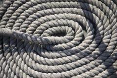 Rundes weißes Seil auf Schiff Stockbilder