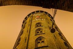 Rundetaarn - der runde Turm nachts stockbilder