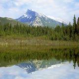 Rundle山和它的反射。 库存图片