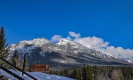 Rundle berg i de kanadensiska steniga bergen Fotografering för Bildbyråer
