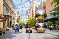 Rundle-Mall und berühmte Bälle Stockfoto