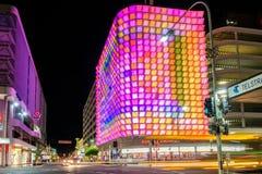 Rundle-Straßen-U-Parkgebäude belichtet nachts Stockbild