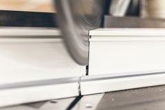 Rundschreiben sah PVC-Profil-Abschluss oben schneiden Plastikfenster und tun Stockbilder