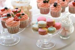 Rundtisch mit luxuriösen kleinen Kuchen und Makronen lizenzfreies stockbild