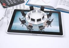 Rundtisch, Tabletten-PC, Buch, Taschenrechner, Gläser Stockfoto