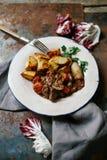 Rundvlees bourguignon in ceramische plaat Stock Fotografie