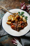 Rundvlees bourguignon in ceramische plaat Royalty-vrije Stock Afbeeldingen
