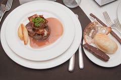 Rundvlees in chocoladesaus met groenten op een plaat en een chocolade Royalty-vrije Stock Foto