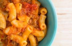 Rundvlees en Macaroni in een kleine kom dichte hoogste mening Royalty-vrije Stock Foto's