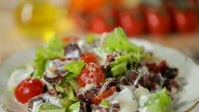 Rundvlees en plantaardige salade stock videobeelden
