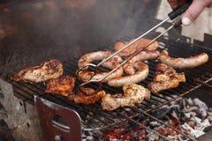 Rundvlees en worstenbarbecue Grill en het koken concept royalty-vrije stock foto's