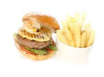 Rundvlees en zeevruchtenhamburger met gebraden gerechten Royalty-vrije Stock Foto's