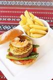Rundvlees en zeevruchtenhamburger met gebraden gerechten Royalty-vrije Stock Afbeeldingen
