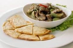 Rundvlees groene die kerrie met Roti wordt gediend Royalty-vrije Stock Foto