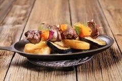 Rundvlees of hertevlees kebab met sinaasappelen royalty-vrije stock afbeeldingen