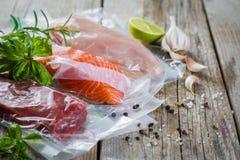 Rundvlees, kip en zalm in vacuüm plastic zak voor sous die vide koken royalty-vrije stock afbeeldingen