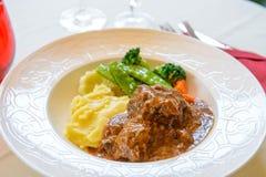 Rundvlees met aardappel stock afbeeldingen