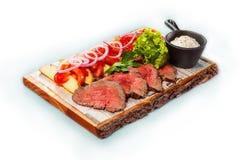 Rundvlees met aardappels en greens op een houten dienblad Stock Foto's