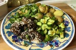 Rundvlees met aardappels en komkommers op de plaat royalty-vrije stock fotografie
