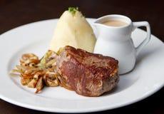 Rundvlees met jus wordt gesneden die Royalty-vrije Stock Afbeelding