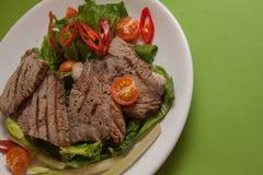 Rundvlees met Spaanse pepers en spinazie Stock Foto's