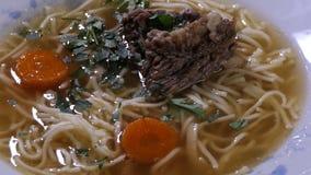 Rundvlees met uien en wortelen in bouillon worden gekookt die stock footage