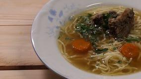 Rundvlees met uien en wortelen in bouillon worden gekookt die stock videobeelden