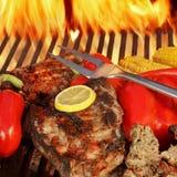 Rundvlees steakes bij BBQ de grill Stock Afbeeldingen