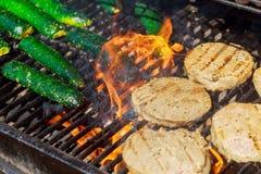 Rundvlees of varkensvleesburgers van de vleesbarbecue voor hamburger troffen geroosterd voorbereidingen Royalty-vrije Stock Foto's