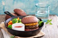 Rundvleesburgers met ananassen en chocoladebroodjes stock afbeeldingen